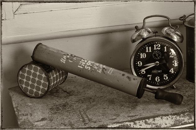old-clock-&-fly-spray